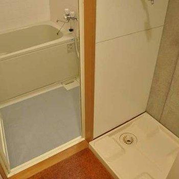 バスルームには、脱衣所付き。