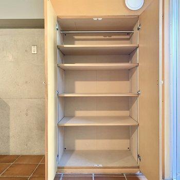【1F 8.1帖】横の収納は食器棚としても使えそう。