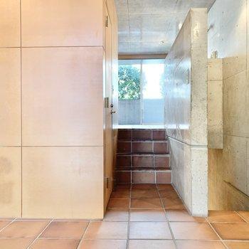【1F 7.4帖】キッチンは階段を上がったところにあります。