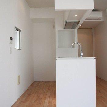 キッチンスペースは十分な広さ。奥に冷蔵庫が置けます。