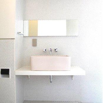 独立洗面台。下の空間を収納に使いたいですね