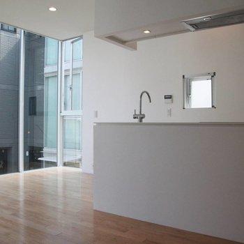 広いシステムキッチンのある明るいお部屋