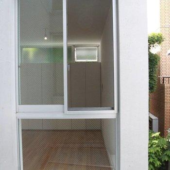 眺望その3。正面ガラス、向かいの窓から。