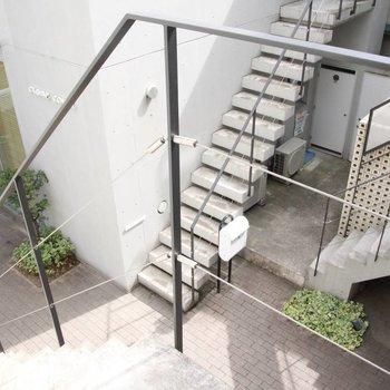 玄関先の共用部はこちら。鼻高々に階段を降りたい