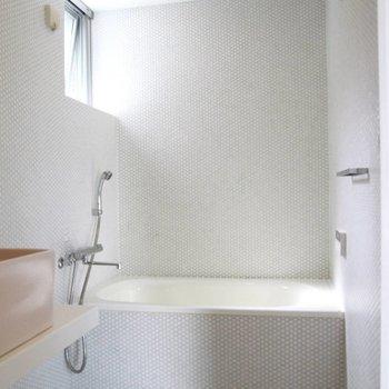 水回りその1。お風呂もそのまま。床はちょっと段差になってます。
