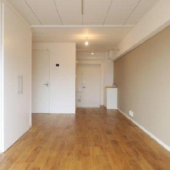 木目の綺麗な山栗のフローリング!リビングは長方形のため家具で仕切ってみても◎ ※写真は前回募集時のものです