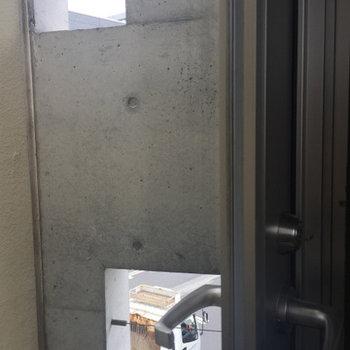 眺めは壁だけど穴があいていてgood