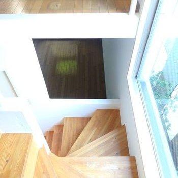 1階のところに空いた四角い穴。おしゃれ。