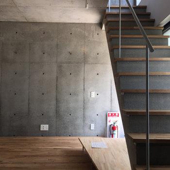 キリッとした階段が素敵。