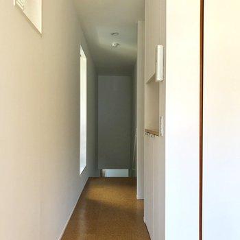 廊下には収納棚があります