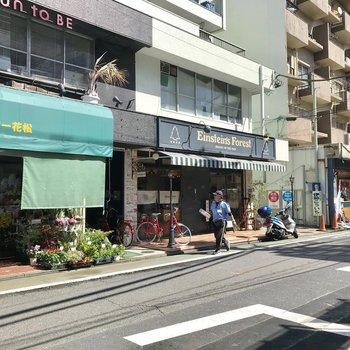 通りには美味しそうなカフェが並んでいましたよ
