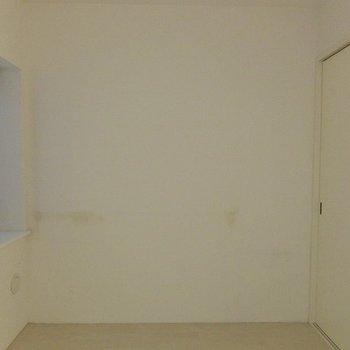 こちらが寝室(※イメージです:右手側の収納はありません。)※写真は前回募集時のものです