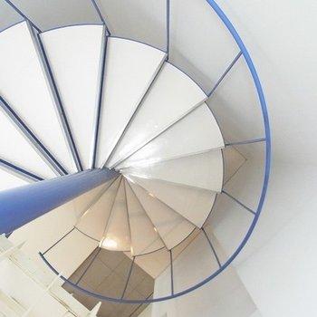 螺旋階段。青が映える。