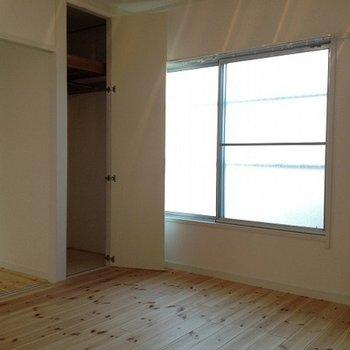 寝室収納の扉を開くと
