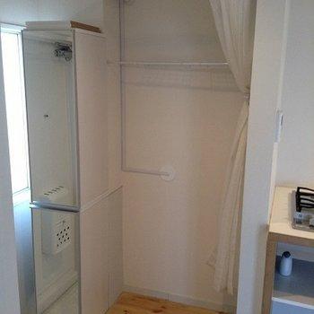 洗濯機置場はカーテンで隠せます。棚もあり