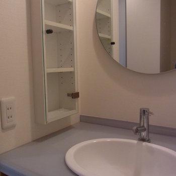 丸い鏡のついた洗面所です。