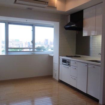 キッチンスペースとお部屋の窓。