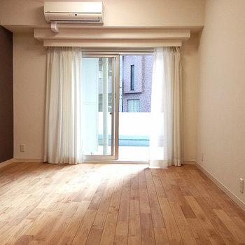 無垢の床とバルコニーの魅力
