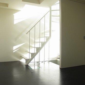 3階に続く階段が輝いております