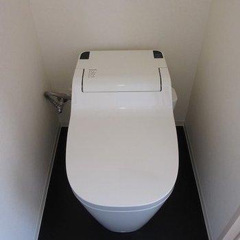 タンクレスのトイレ。清潔感があります