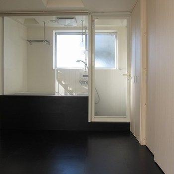 ガラス張りのお風呂場が見えます。開放感がありますね~