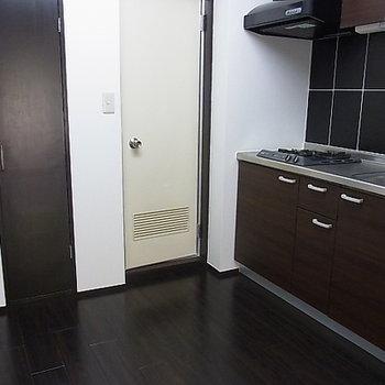 キッチンの横にも収納スペース