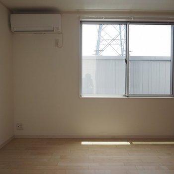 こちらは8.9帖の一階のお部屋