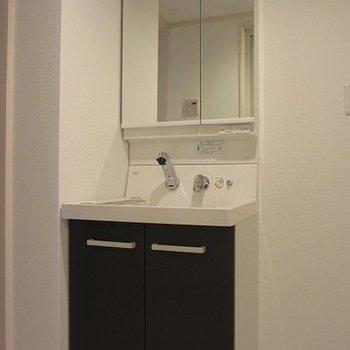 独立洗面台も真っ白で清潔感があります