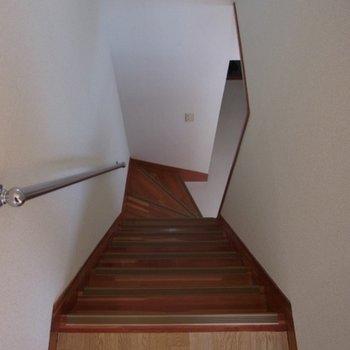 階段はかなり急です。
