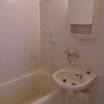 お風呂と洗面台。