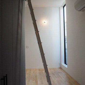 ロフトへの階段もカッコイイ