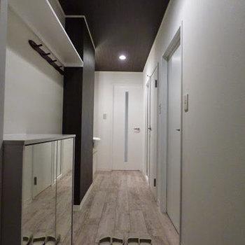玄関は広々