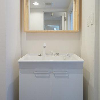 洗面台はシンプルナチュラル