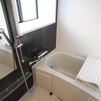 お風呂に窓があります!