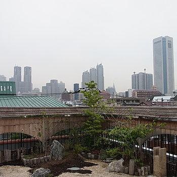 屋上庭園から新宿を眺める