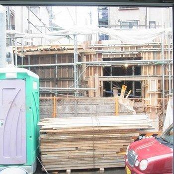 窓からの眺めは向かいの物件の工事中でした