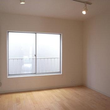 3階の反対側のお部屋。ここは寝室でしょうか?
