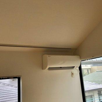 コチラは、居間のエアコン。ご覧の通り壁に長いラック。