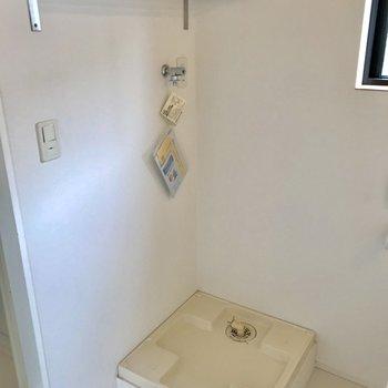 コチラは洗濯機置き場。洗剤やストック等を置ける棚があるのは嬉しい。
