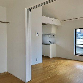 こちらは寝室の窓からの眺め。ココにベッドを置いても良いかも。