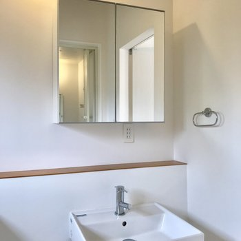 清潔感のある洗面台の鏡は開くと収納があります。