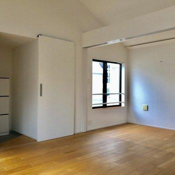居間と寝室はスライド式の仕切りがあり、空間を使い分けられます。