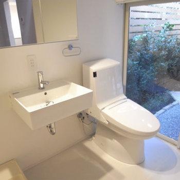 トイレ横の窓はちゃんとカーテンレール付いてました※写真は前回募集時のものです