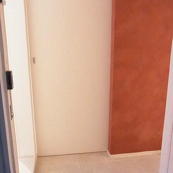 個室とリビングの間に玄関があります※写真は別部屋