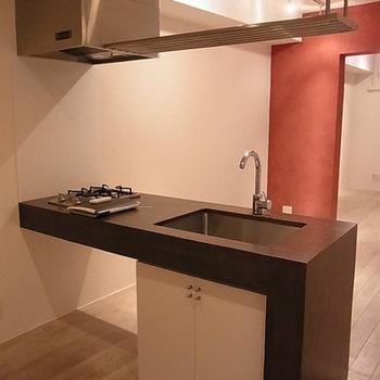 存在感のあるキッチン※写真は別部屋