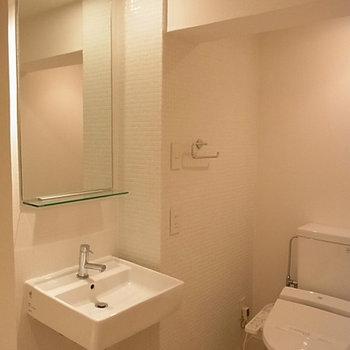 洗面台とトイレ。トイレスペースはタイル貼りでかわいい※写真は別部屋