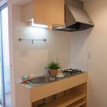 キッチンの作業スペースはステンレス