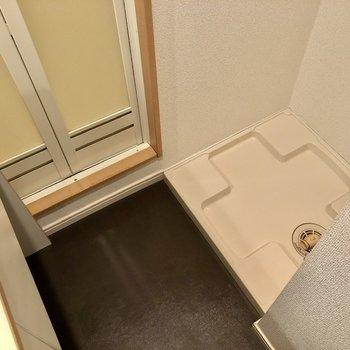 洗濯機置場が反対側に。コンパクトなスペースです。