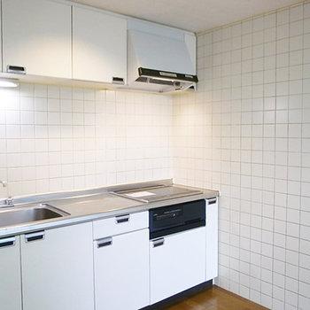 幅の広い白キッチン(画像は別室です)
