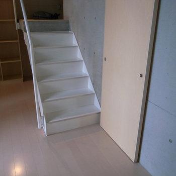 階段の裏に収納スペースがあります。